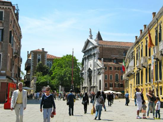 B&B Bloom Venice: The quaint square outside