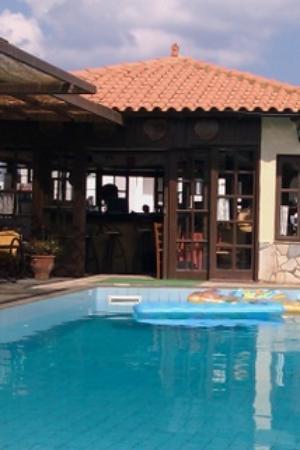 Andreas Apartments: swimming pool and bar