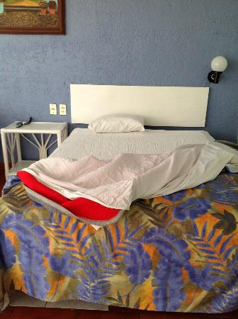 Dorados Conventions & Resort: cama, control remoto