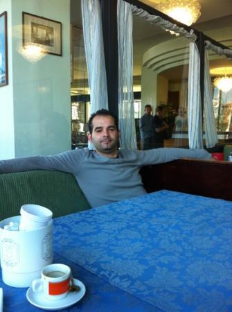 Hotel Nettuno: mio marito in relax nel salotto del Nettuno