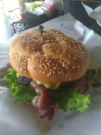 Sesame Burgers & Beer : Huge gluten free burger