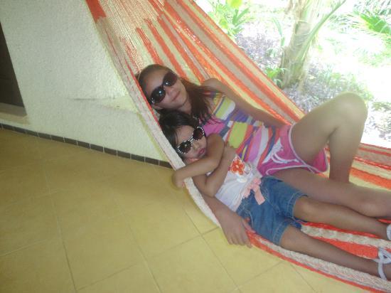 Amarte Hotel : Hermanas disfrutando hamaca