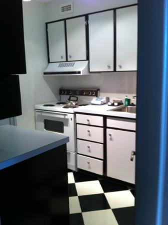 Avenue Suites Georgetown: kitchen of room 904