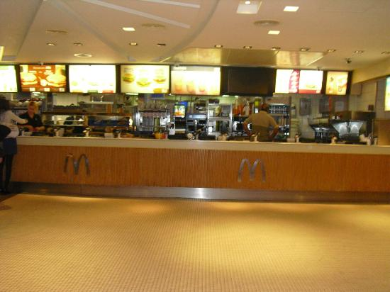 McDonalds - Champs Elysees: Counter - empty in the early morning