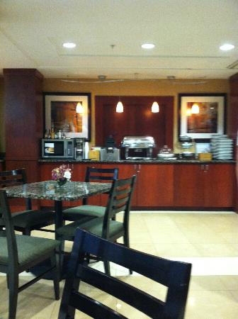 Fairfield Inn & Suites Somerset: breakfast area