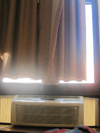 Econo Lodge Times Square: Ill ftting curtains