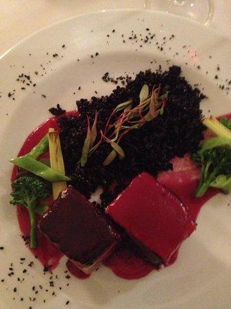 Guaiaó : Arroz negro e atum com molho de beterrada