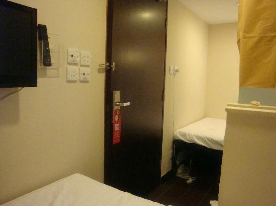 California Hotel HK: Entrance with double beds beside the toilet.