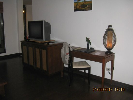 Railay Village Resort: TV, minibar and DVD inside the drawers)