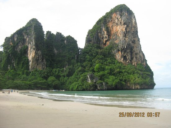 Railay Village Resort: cliffs on the beach