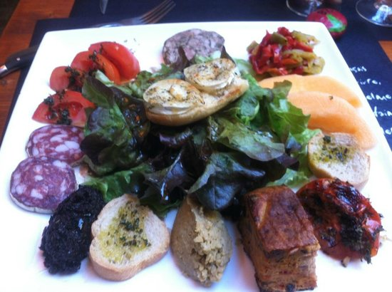Le Bouchon Rouge : My favorite lunch: Assiette provencal with grilled goat cheese, pate, dried sausage, tapenade, a