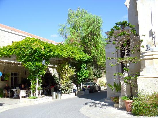 Christ Church Guest House: View of Courtyard and Outdoor Dining