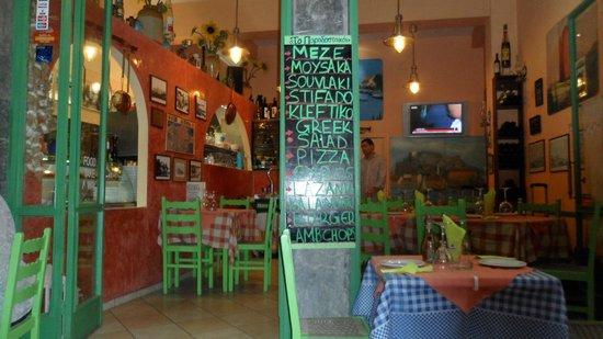 To Paradosiakon: Inside the taverna
