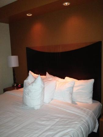 Fairfield Inn & Suites Mahwah: king bed with pillows (suite studio)