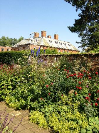 Cottesbrooke Gardens: house and garden