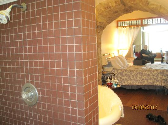 Old Jail Bed and Breakfast: Shower area behind bathtub