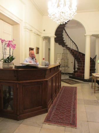Hotel Patritius: Lobby with Gentleman who is on-site during the evening hours