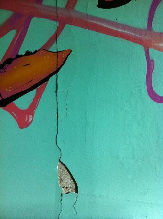 City Hostel Seattle: More cracks