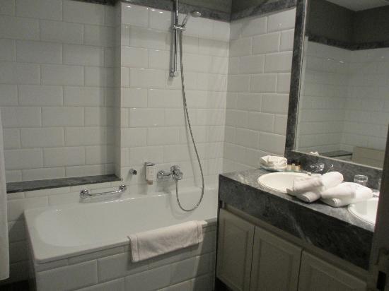 Le Dixseptieme: Shower/Tub/Sink Room in Van Dyke Suite