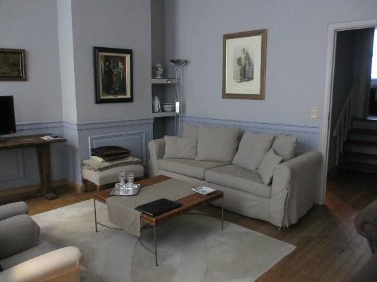 Le Dixseptieme: Living Room - Van Dyke Suite