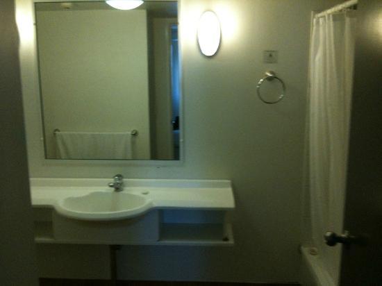 Alpha Sovereign Hotel: bathroom