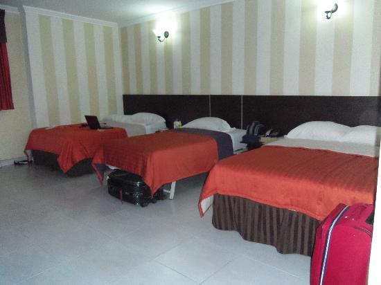 Hotel Via Espana: Amplia Habitacion doble con cama extra