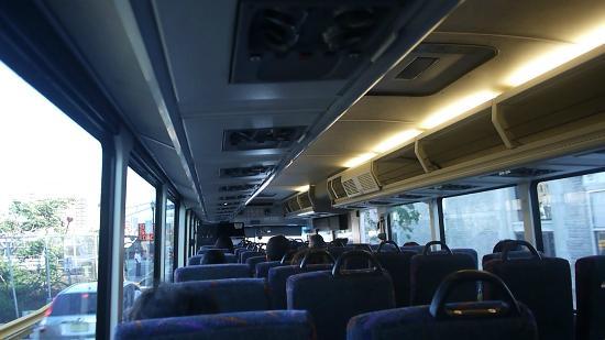 Meadowlands River Inn: マンハッタン行きのバス風景