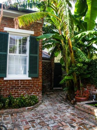 Audubon Cottages : cottage 7 courtyard