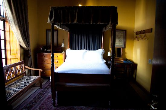 Dutch Manor Antique Hotel: One of the canopy beds
