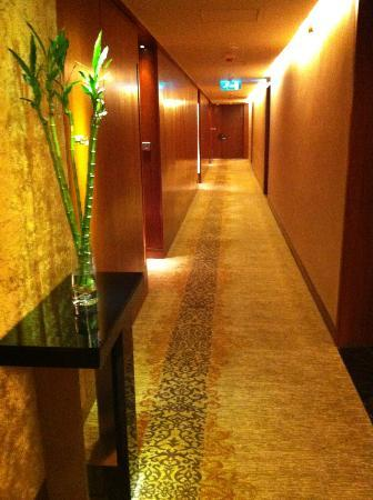 Mandarin Oriental Macau: warm and luxury simple decor in the whole hotel