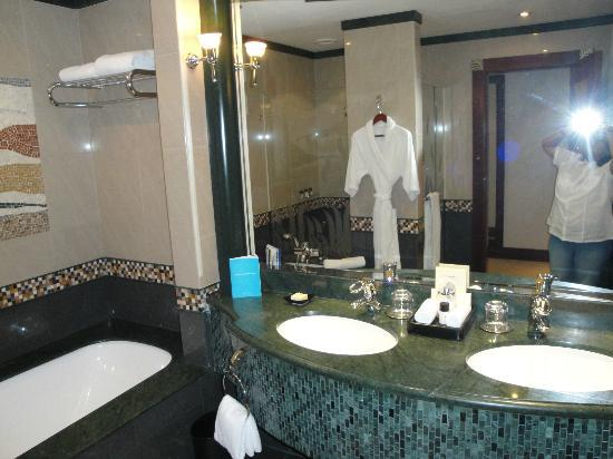 Grand Hyatt Dubai: Had a separate shower area, and toilet other than the tub and wash