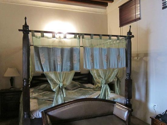 Orient Guest House: アラビアン風のベット。狭くて全体をカメラに収められず