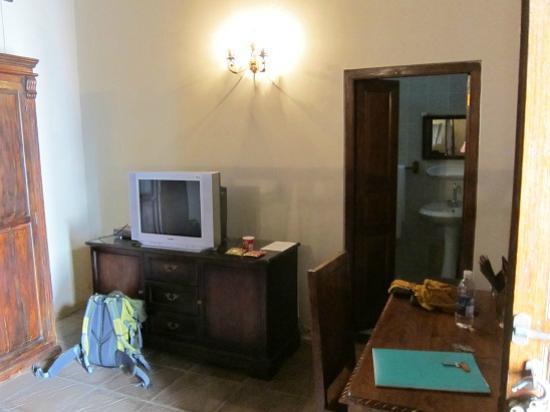 Orient Guest House: ドアを開けて光を入れないと写真が取れないくらい暗い部屋