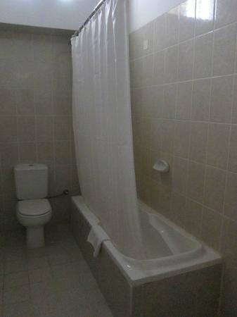 Orient Guest House: 薄汚れている感じのバスルーム