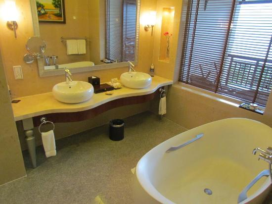Vinpearl Da Nang Resort & Villas: Bathroom - Ocean Front