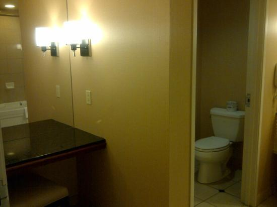 Sam's Town Hotel and Casino Shreveport: King room Sams Town Shreveport vanity area