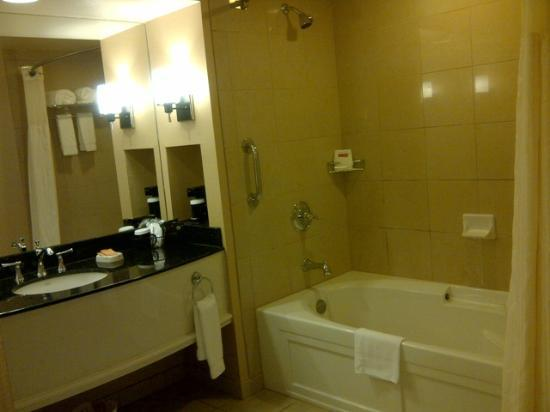 Sam's Town Hotel and Casino Shreveport: King room bathroom Sams Town Shreveport