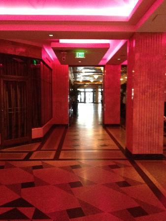 Minneapolis, MN: Dark lobby area