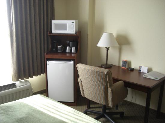 Country Inn & Suites By Carlson, Denver International Airport: Microwave and fridge