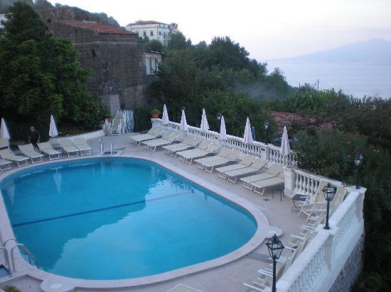 Hotel Iaccarino: piscina con vista Vesuvio