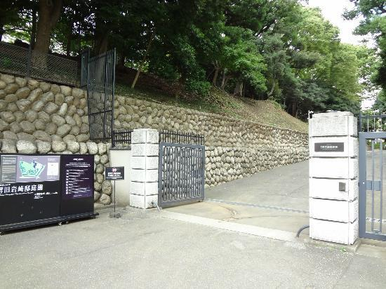 Kyu Iwasaki-tei Teien: 門です。