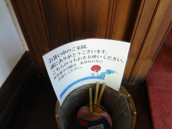Kyu Iwasaki-tei Teien: 館内はクーラーがないので、うちわをレンタルしています。