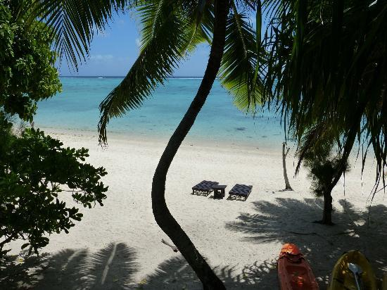 Aitutaki Beach Villas : View from cottage
