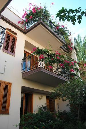 B&B Le Terrazze: La facciata della struttura con la terrazza fiorita dove viene servita la colazione.