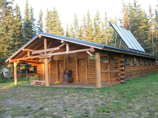 Red Eagle Lodge : Bath house - sun is low in the sky but the skies are clear