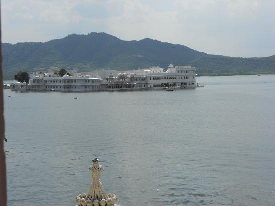 Jagat Niwas Palace Hotel: La vue des chambres et du restaurant