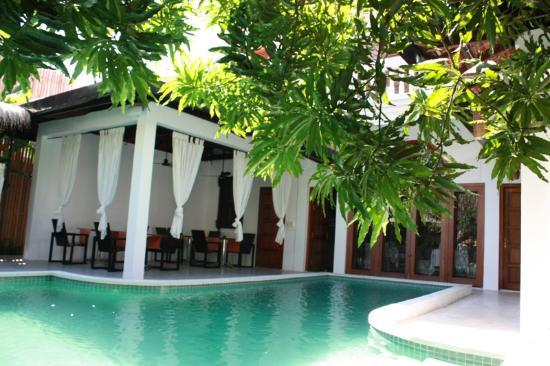 The Governors House Boutique Hotel Phnom Penh: Breakfast area by the pool