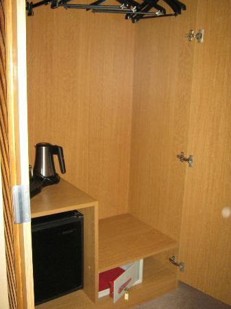BEST WESTERN Hotel Sydney Opera: Roomy Closet (hangers, kettle, mini-bar, safety deposit box)_2