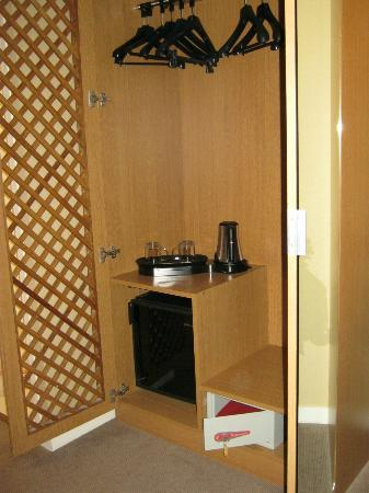 Best Western Plus Hotel Sydney Opera: Roomy Closet (hangers, kettle, mini-bar, safety deposit box)_1