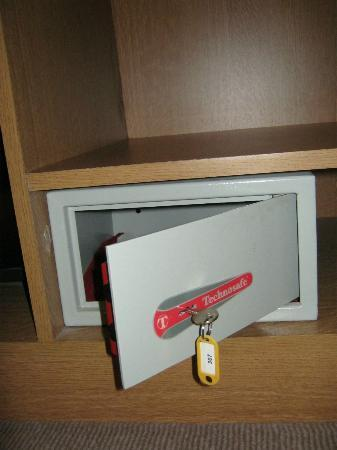 Best Western Plus Hotel Sydney Opera: Safety deposit box and key